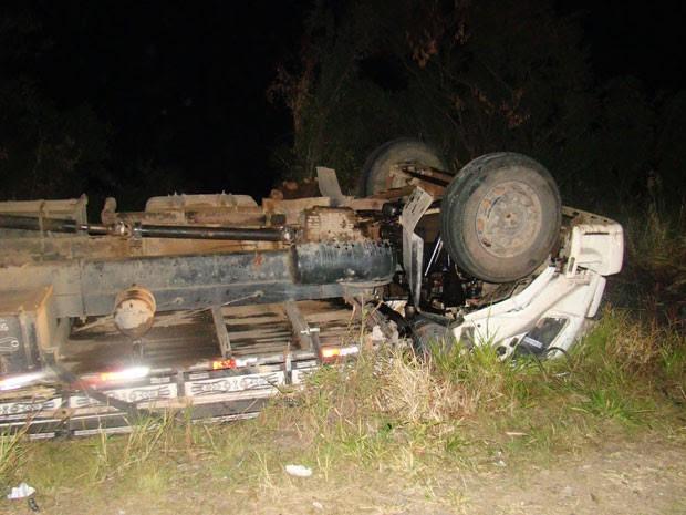 Caminhão tombou na Rota do Sol, em Itati (Foto: Divulgação / CRBM)
