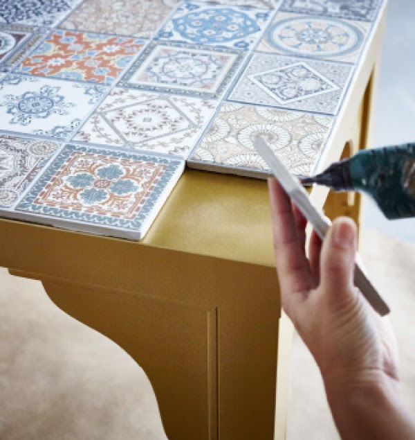 Você pode comprar uma mesa de cozinha barata e colocar algo como esses azulejos portugueses