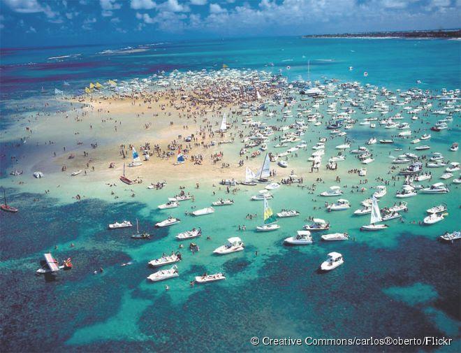 Durante a maré baixa o banco de areias avermelhadas se forma, sendo um dos pontos mais procurados para tomar banho de mar perto de João Pessoa