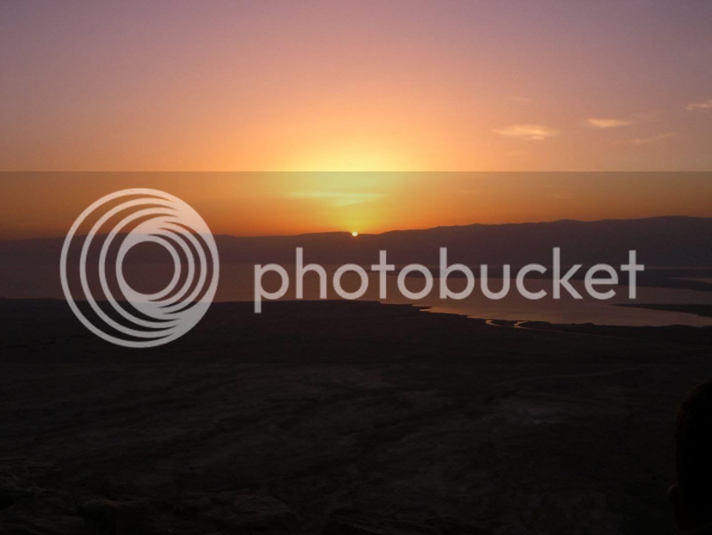 התמונה הסטנדרטית - תצפית ממצדה על הזריחה מעל ים המלח. כן, גם אני הייתי חייב לצלם את זה.