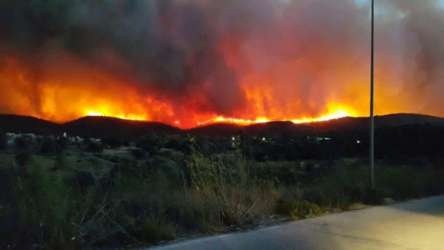 Καίγεται η Χίος – Ξημερώματα ξέσπασε μεγάλη πυρκαγιά στα νότια του νησιού
