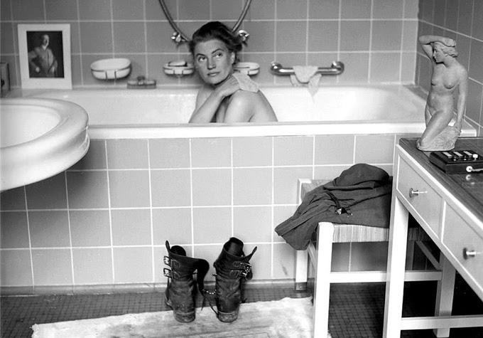 """Lee Miller, botas y uniforme fuera, en la bañera que perteneció a Hitler y donde se sacó """"el polvo de Dachau"""". Era su venganza poética contra el régimen nazi, al que odiaba visceralmente."""