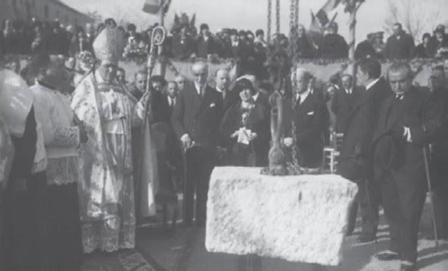 Colocación de la primera piedra de la Escuela Normal de Magisterio de la Vega el 24 de marzo de 1929. Extraída de un artículo de D. Ramón Sánchez González