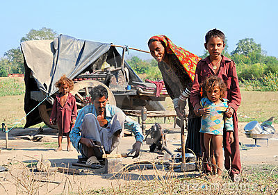 http://thumbs.dreamstime.com/x/pauvre-famille-habitant-en-inde-17982897.jpg