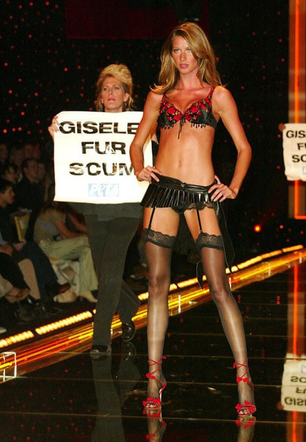 Trước Ming Xi, cũng từng có người mẫu suýt ngã hay tuột giày trong show diễn Victorias Secret - Ảnh 17.