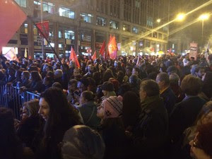 Manifestantes em ato a favor de Dilma na Esquina Democrática, em Porto Alegre  (Foto: Estevão Pires/RBS TV)