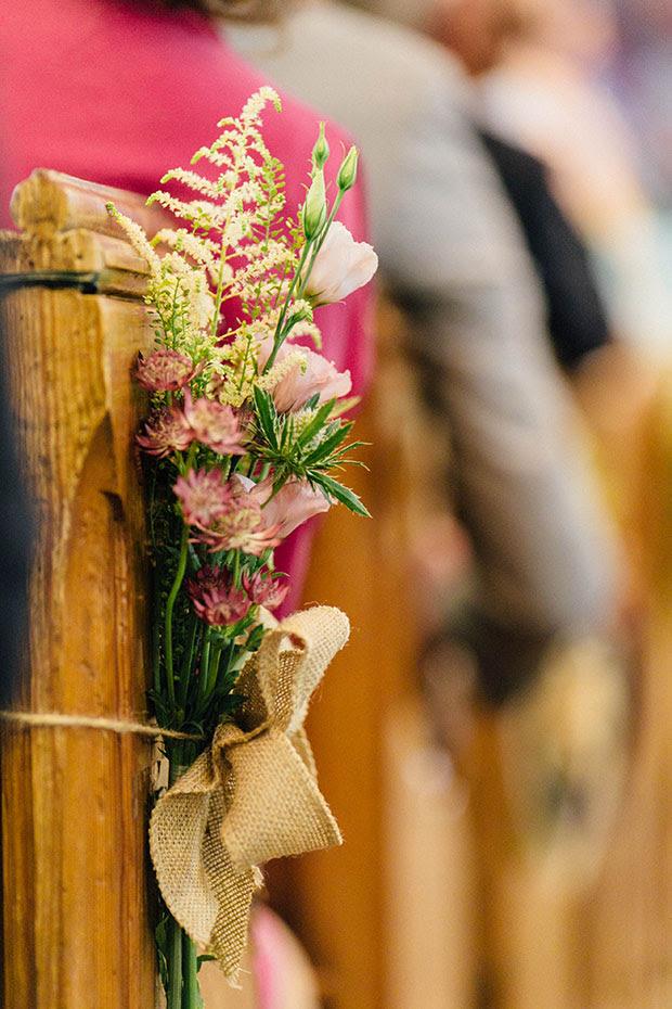 Es waren DIY-Projekte realisiert, für die Hochzeit, und diese sackleinen Bögen mit Blumen zu schmücken, den Gang wurden auf der Liste