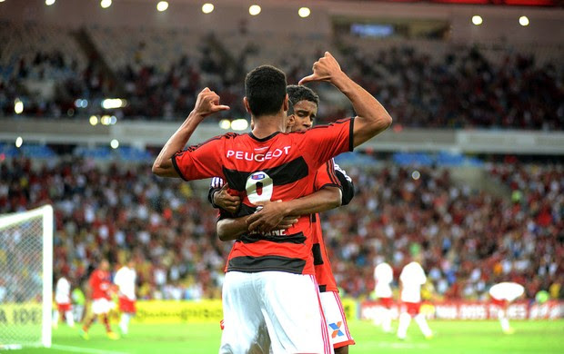 Hernane comemora gol do Flamengo contra o Internacional (Foto: Andre Durão)