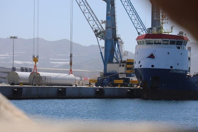 Siemens Gamesa carga mástiles a bordo de un buque en Motril (Granada) para ser exportados al Sáhara ocupado.