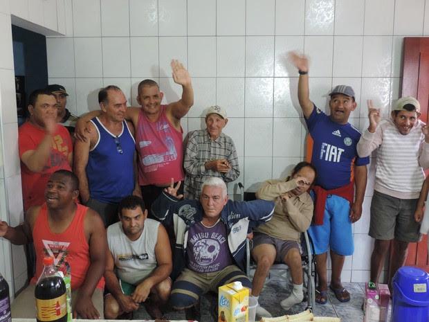Santiago recebe o carinho dos outros nove pacientes da Residência Terapêutica  (Foto: Emílio Botta/G1)