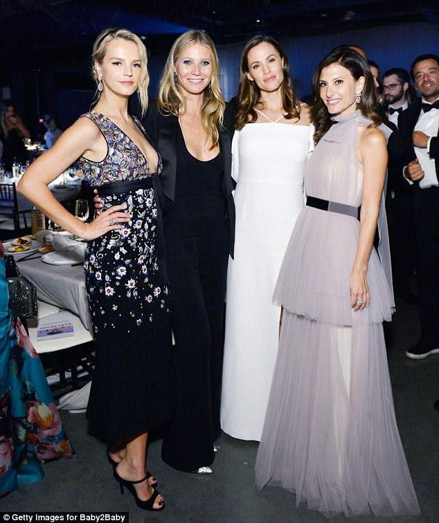 Chic: Gwyneth e Jennifer juntaram a Co-Presidente da Baby2Baby, Kelly Sawyer Patricof (L), e a Co-Presidente da Baby2Baby, Norah Weinstein, por um instante