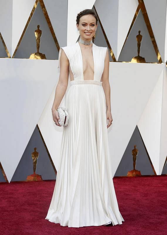 Olivia Wilde, radiante, luce un Valentino blanco de alta costura.