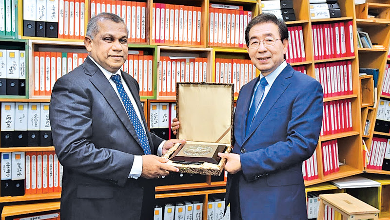 Minister Ranjith Madduma Bandara with Seoul Metropolitan City Mayor Park Won-soon.