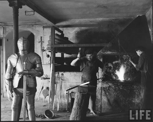 Fábrica de espadas, damasquinado y armaduras de Toledo en 1965. Fotografía de Carlo Bavagnoli. Revista Life (15)