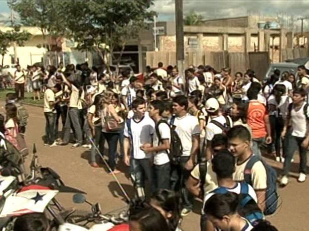 Alunos e professores protestam contra violência escolar em Altamira. (Foto: Reprodução/TV Liberal)