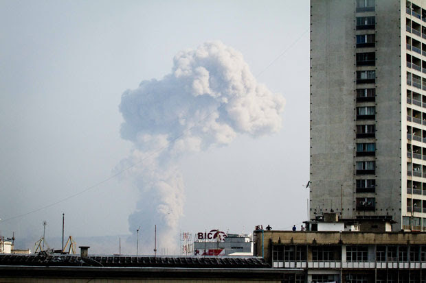 Fumaça ergue do incêndio em um depósito de armas em Brazzaville, na República do Congo (Foto: Marc Hofer/AFP)