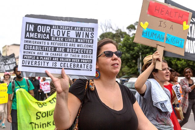 Des femmes ont participé à une manifestation anti-Trump... (PHOTO RAJESH JANTILAL, AFP)