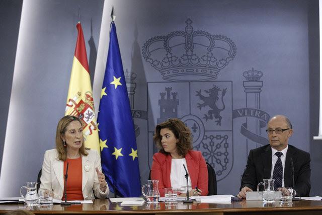 La vicepresidenta del Gobierno, Soraya Sáenz de Santamaría, y los ministros de Fomento, Ana Pastor, y de Hacienda, Cristóbal Montoro, ayer viernes durante la rueda de prensa posterior a la reunión del Consejo de Ministros.-
