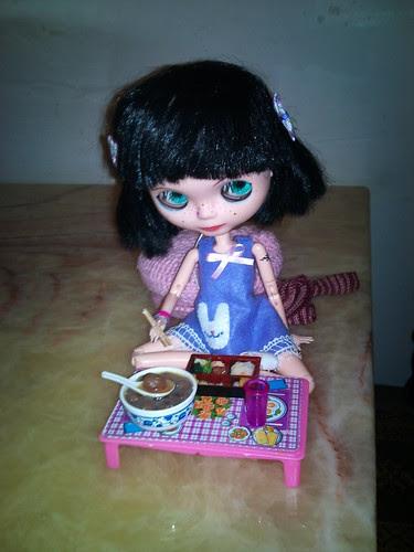 Manuela comiendo en el chino