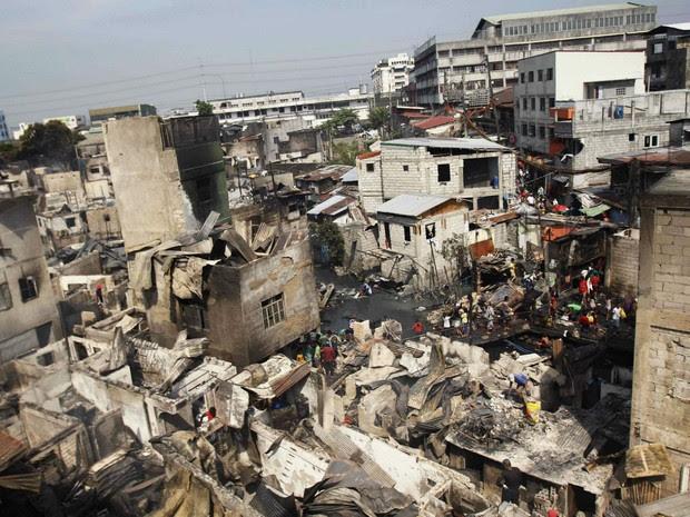 Incêndio atingiu no domingo (20) uma favela na cidade de Caloocan, na região metropolitana de Manila (Foto: Romeo Ranoco/Reuters)