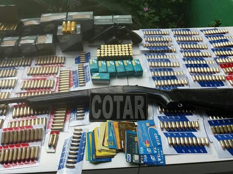 Homem foi preso com mais de mil munições e duas armas (Foto: Divulgação)