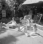 Twee meisjes zitten in een kampong op Bali aan...