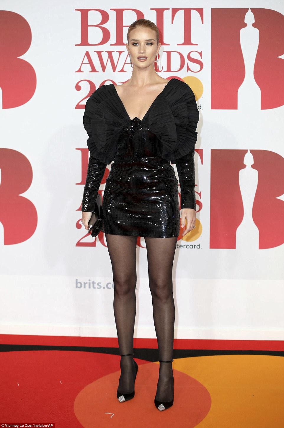 Rainha da passarela: imagens conjuntas do glamour dos anos 80, Rosie Huntington-Whiteley apresentava uma minidressão com lantejoulas com ombro distintivo