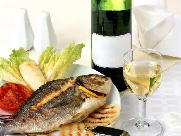 Imagem ilustrativa da postagem sobre vinho com peixe na Páscoa. Prato bem feito com peixe e vinho branco.