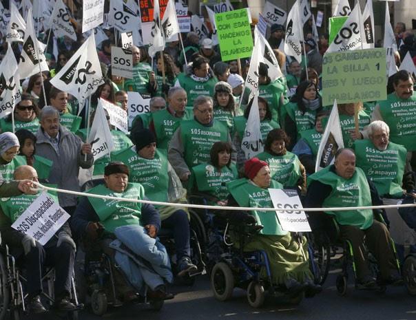 Milhares de pessoas com deficiência e suas famílias protestaram em Madri contra cortes de benefícios, unindo-se ao movimento de protestos contra as medidas de austeridade do governo. (Foto: Andrea Comas/Reuters)