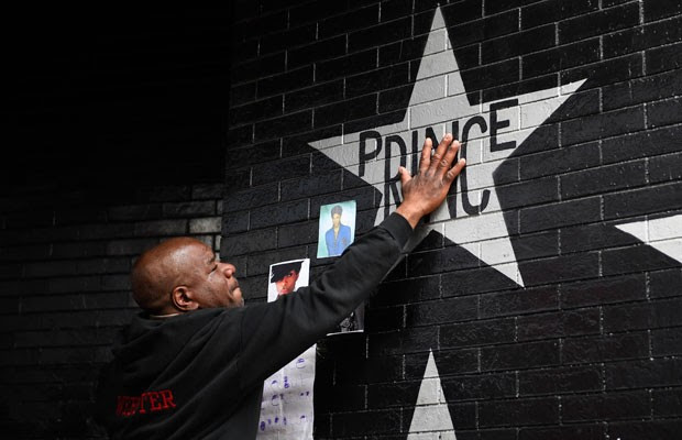 Fãs se reúnem no clube First Avenue, em Minneapolis, no estado de Minnesota, onde Prince gravou 'Purple Rain'. (Foto: Craig Lassig/Reuters)