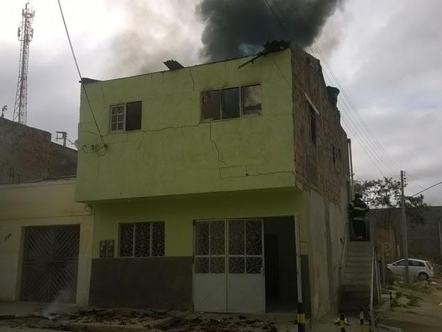 Incêndio atinge casa no Bairro São Francisco, em Caruaru (Foto: Gésika Rodrigues/ TV Asa Branca)