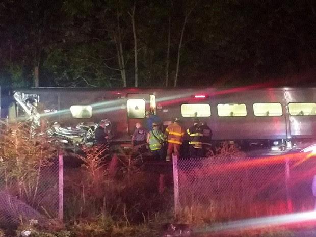 Trem descarrila em Long Island, NY, na noite de sábado (8) (Foto: Sarah Qamar/Handout via REUTERS) (Foto: Sarah Qamar/Handout via REUTERS)