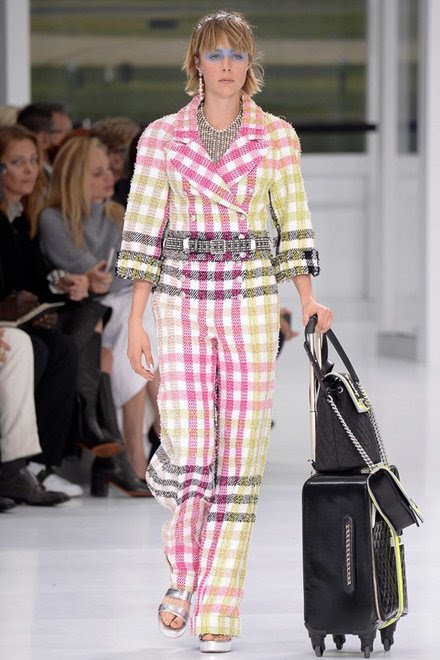 http://www.vogue.com/fashion-shows/spring-2016-ready-to-wear/chanel/slideshow/collection#1