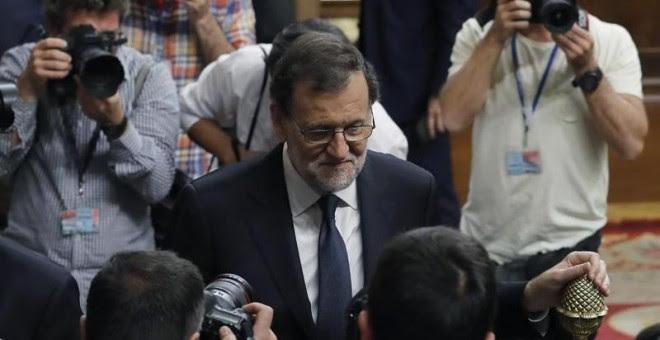 El presidente del Gobierno en funciones y candidato del PP, Mariano Rajoy, abandona el hemiciclo al terminar la segunda jornada del debate de investidura, hoy en el Congreso, tras ser rechazada en primera votación su reelección como jefe del Ejecutivo, co