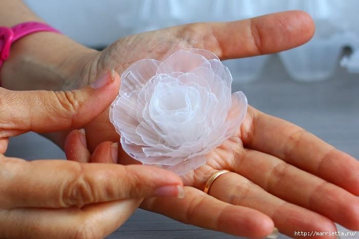 Нежный морозный венок из пластиковых яичных лотков (9) (700x466, 195Kb)