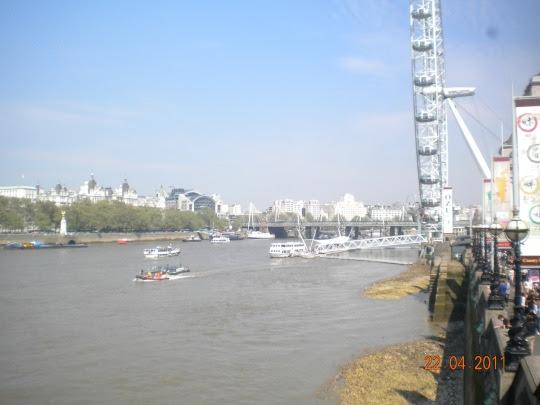 Berwisata ke sungai Thames...
