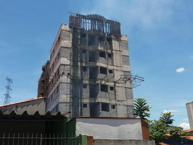 Incêndio atinge prédio abandonado em São José (Foto: Eduardo Marcondes/ TV Vanguarda)