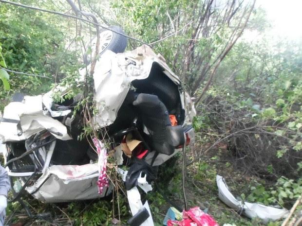 Motorista perdeu o controle do veículo e capotou na BR-232, em Custódia (Foto: Divulgação/PRF)