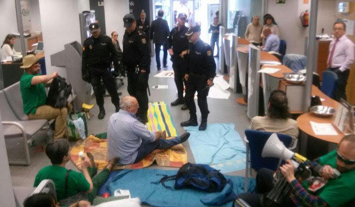 Momento en que la Policía Nacional ha entrado en Liberbank para desalojar a la PAH en Amós de Escalante