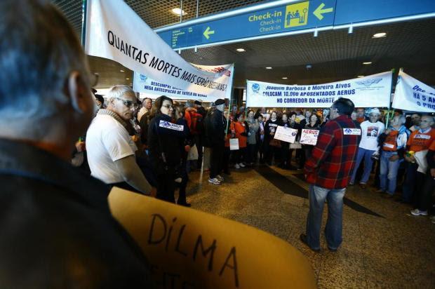 Suspensão do fundo Aerus provoca protesto no Salgado Filho  Félix Zucco/Agencia RBS