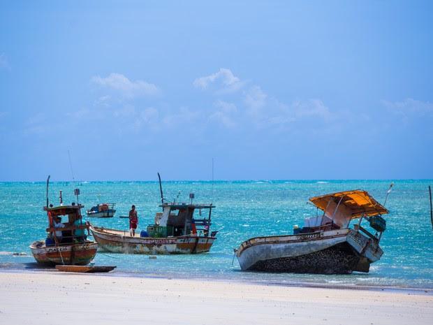 Embarcações atracadas complementam o cenário da praia de Paripueira (Foto: Jonathan Lins/G1)