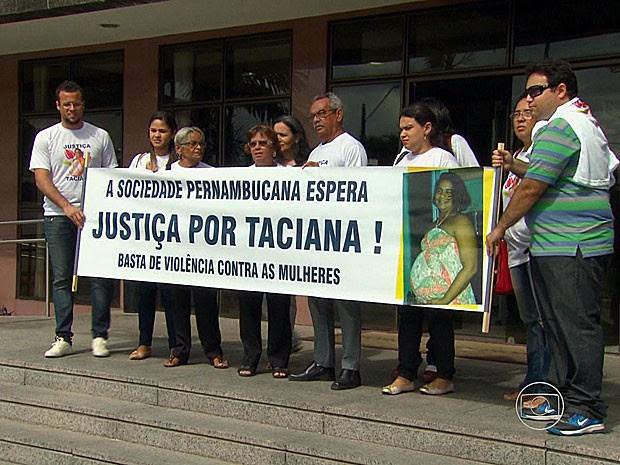 Família de corretora assassinada se manifestou antes do júri realizado em Olinda (Foto: Reprodução / TV Globo)