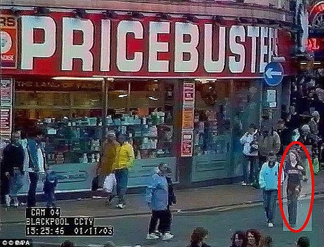 La police a publié des vidéos de CCTV de Charlene (encerclées) qui se promenaient dans la ville balnéaire pour un appel BBC Crimewatch plus tôt ce mois-ci