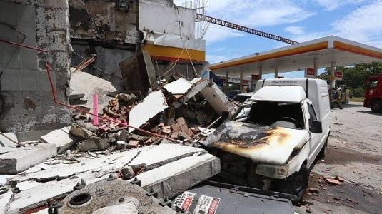Um dos carros incendiados e atingidos após a explosão da bomba de gasolina | Foto: Fabiano Rocha / O Globo