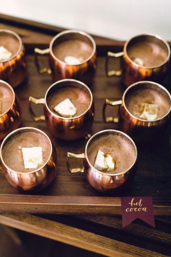 servieren Sie die heiße Schokolade oder andere Getränke in den kühlen Kupfer Tassen