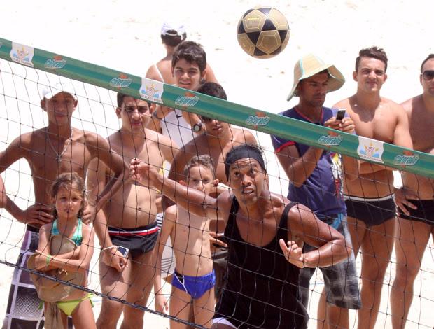 ronaldinho gaúcho praia flamengo (Foto: AGnews)