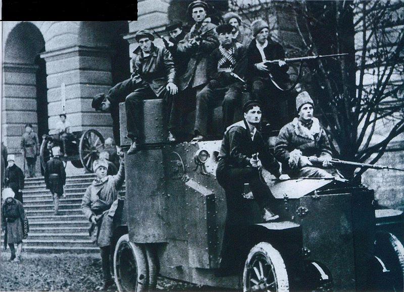 File:Броневик у Смольного 1917.JPG