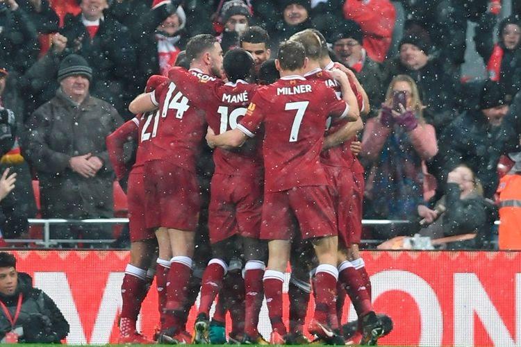 Para pemain Liverpool merayakan gol Mohamed Salah ke gawang Everton pada laga Derbi Merseyside di Anfield, Minggu (10/12/2017).