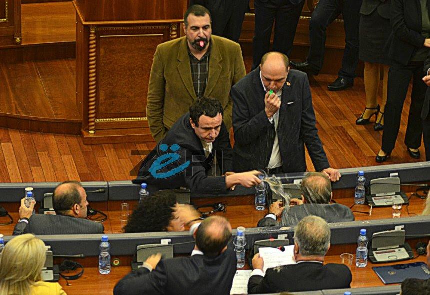 Opozita s'do të ndalet vetëm me gaz lotsjellës, mazhoranca habitet (Video)