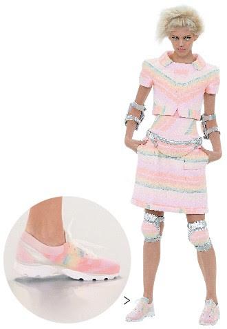 """ROSA QUE CHOCA Karl Lagerfeld não usa tênis, mas seu desfile deste ano em Paris estava cheio deles. """"As garotas usam"""", disse o estilista da Chanel. A questão é  combinar  o tempo acelerado das jovens com o ritmo artesanal dos ateliês (Foto: Fotos: Dominique Charriau/WireImage)"""